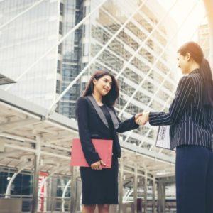 apreton-manos-hombres-negocios-companero-trabajo-apreton-manos-acuerdo-trabajo-socio-negocios-juntos_1150-2403
